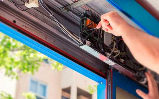 Cuatro razones por las que las puertas automáticas necesitan mantenimiento